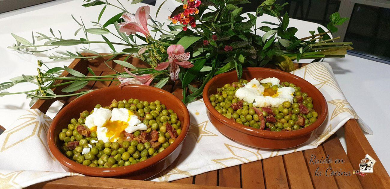 Guisantes con jamón y huevo poché