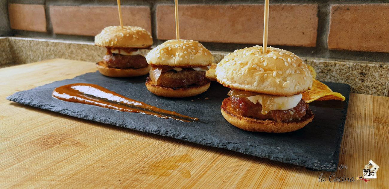 Mini hamburguesas con queso de cabra y cebolla confitada
