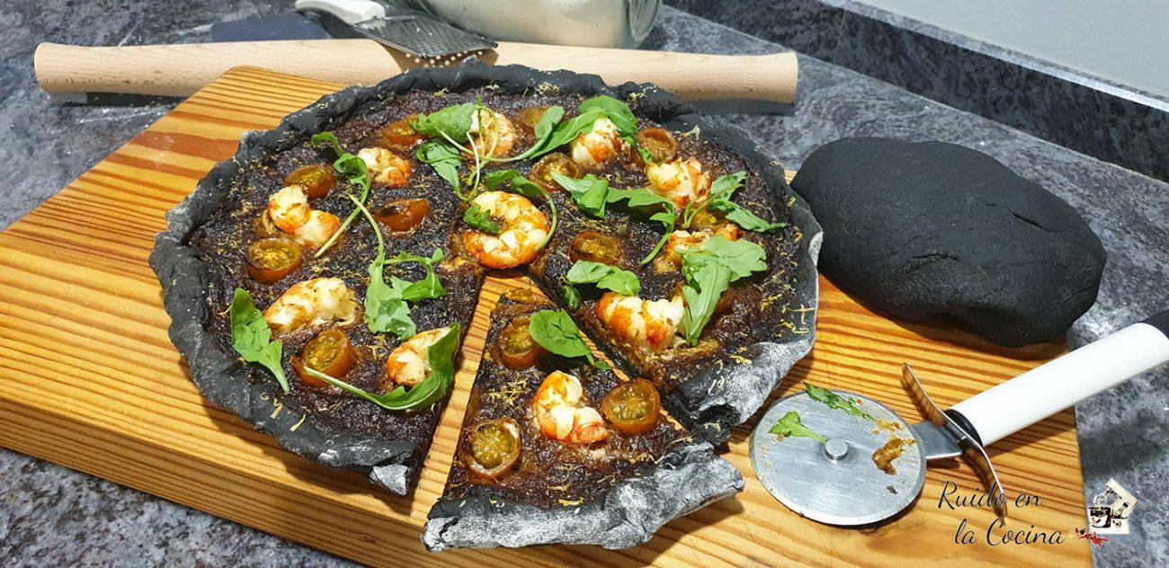 Pizza nero di sepia con pesto rojo, gambones y rúcula
