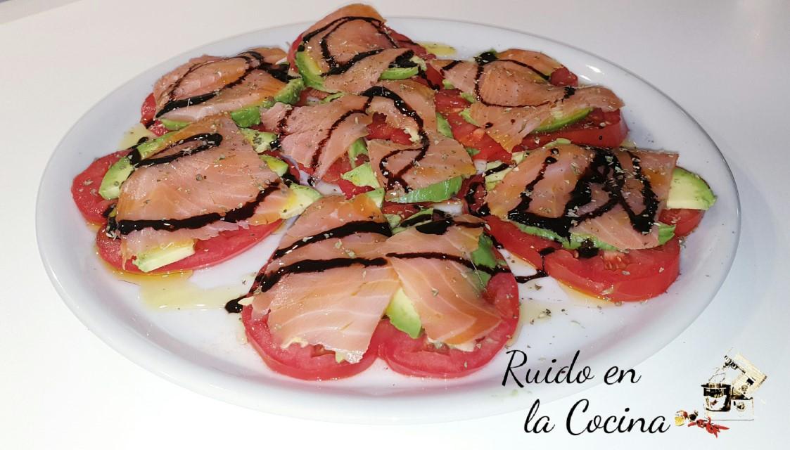 Ensalada de aguacate, salmón y tomate