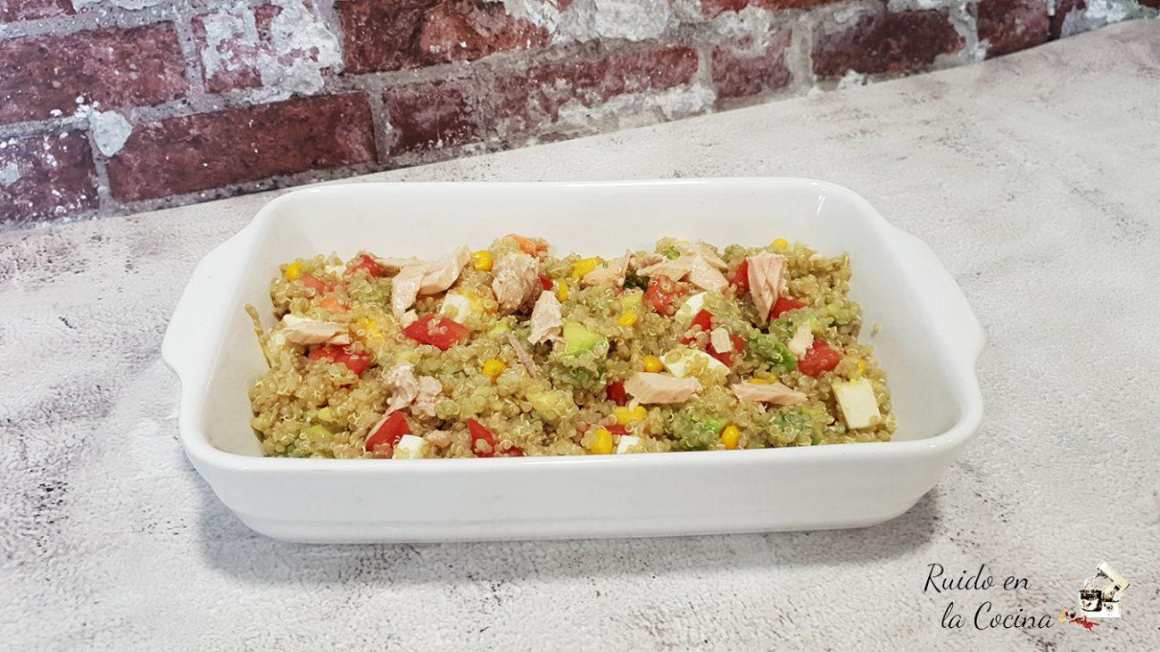 Ensalada de quinoa con aguacate y maíz