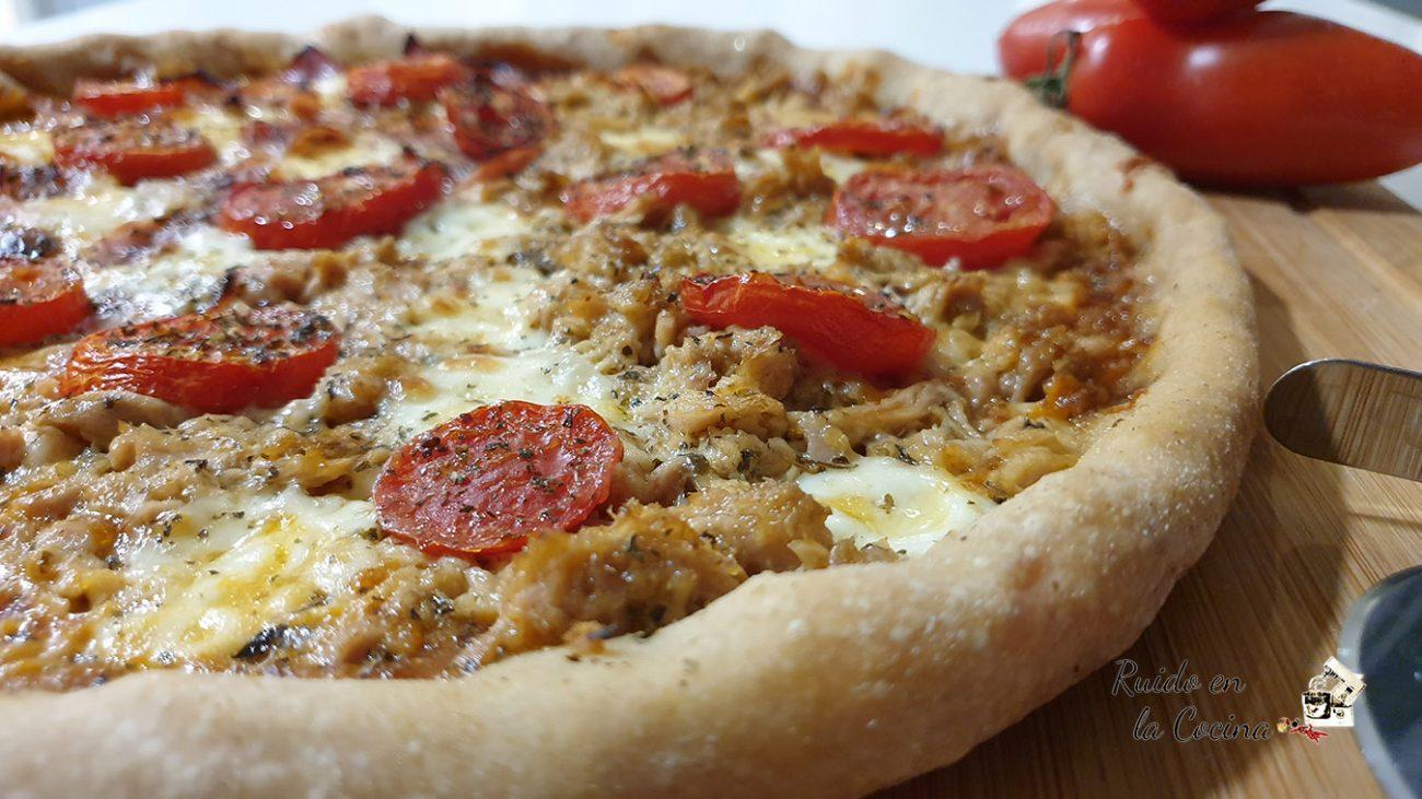 Pizza de mozzarella y tomates cherrys